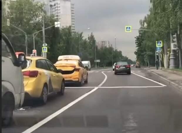 ГАЗель и два такси собрали «паровозик» на улице Свободы