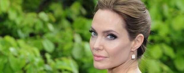 Анджелина Джоли снялась с роем пчел на лице и теле