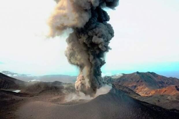 На Курилах вулкан Эбеко выбросил столб пепла на высоту 2,5 км