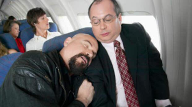 10 раздражающих соседей в самолете, которые наверняка полетят именно с вами