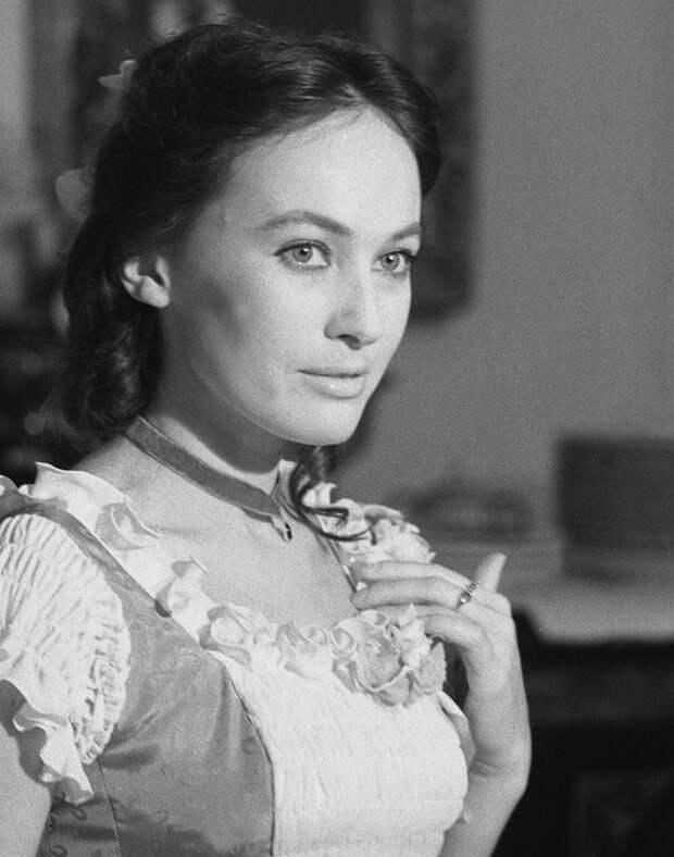 Актриса Лариса Гузеева в черно белых тонах.