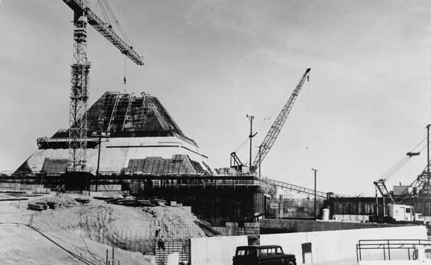База Стенли Микельсона В 1975 году в Северной Дакоте была поставлена на боевое дежурство база Стэнли Микельсена. Ее противоракеты должны были прикрывать баллистические ракеты, которые теоретически были бы запущены США в качестве ответного удара.