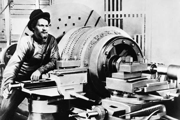 Михаил Калинин возле токарного станка на заводе «Вольта» в Ревеле, где он отбывал одну из своих ранних ссылок, 1903 год