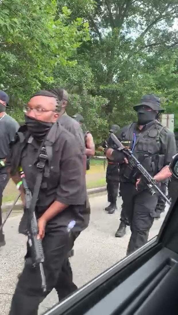 """Вооруженное до зубов """"черное"""" ополчение промаршировало через город требуя репараций от белых"""