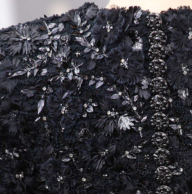 Вышивки на верхней одежде: множество интересных деталей в подиумных нарядах