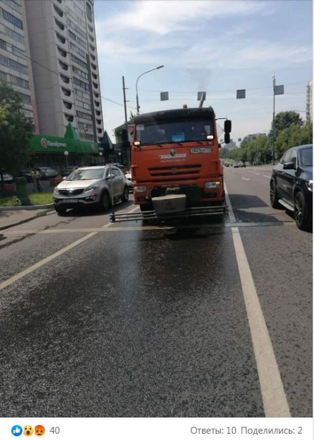 Водитель КАМАЗа обливал пешеходов в проезде Дежнёва