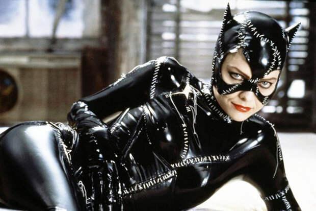 Скромная и тихая референтка (Мишель Пфайфер) превращается в обольстительную и непредсказуемую Женщину-кошку, с головы до пят обтянутую черным латексом. Такой контраст уже столько лет не могут забыть все мужчины, посмотревшие когда-то «Бэтмен возвращается»