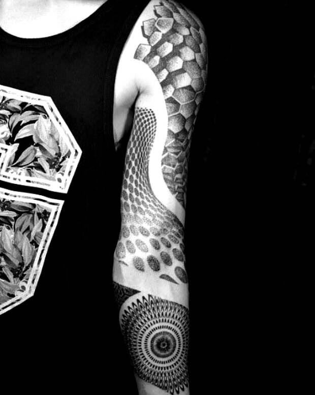 Татуировка рукав в геометрическом стиле.