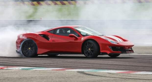 Пожилой водитель бюджетного Renault врезался в Ferrari