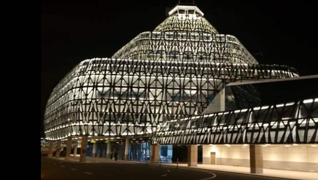 В ночное время здание терминала смотрится очень эффектно / Фото: twitter.com