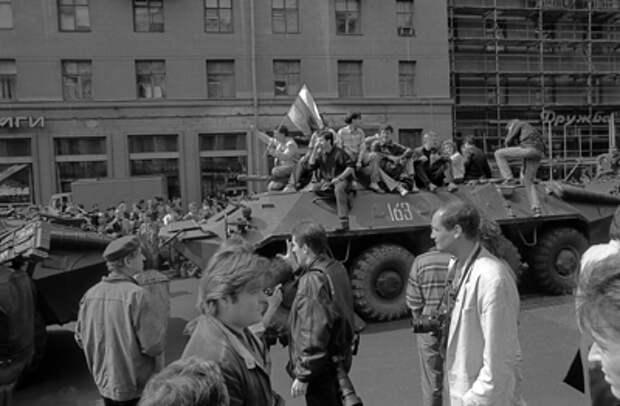 Ельцин принёс не свободу, а смерть: Мать, похоронившая сына, не стала молчать о трагедии