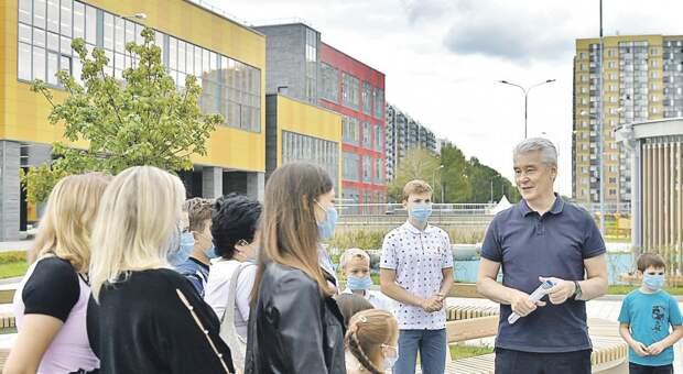 В беседе с жителями района Сергей Собянин отметил, что школа оснащена всем необходимым/ stroi.mos.ru