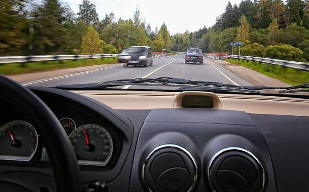 Начинающим водителям лучше держать безопасную дистанцию. | Фото: zr.ru.