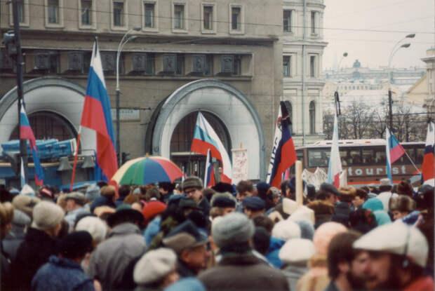 Протестующие с российскими флагами.