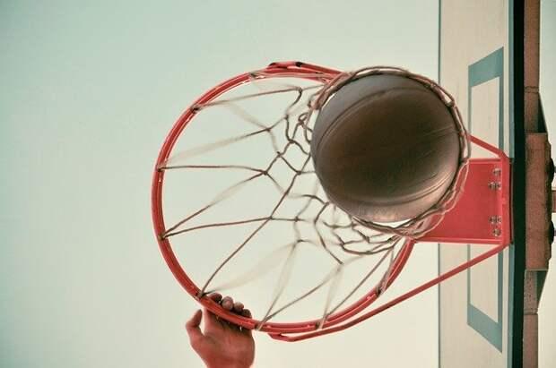 Баскетболистам с Волгоградки залатали сетку корзины на уличном щите