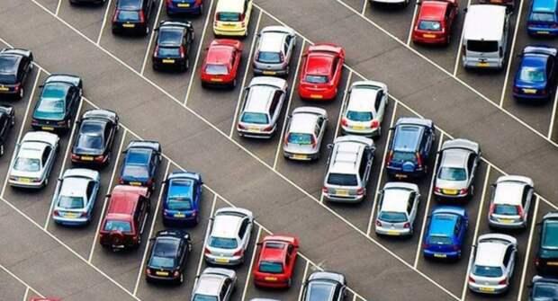 В Индии автомобиль «засосало» под землю на парковке