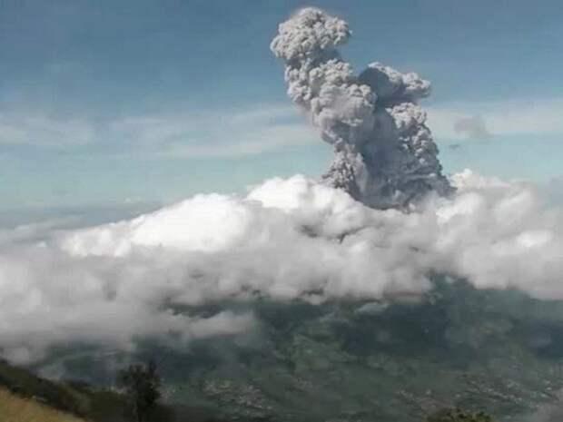 Индонезийский вулкан Мерапи вновь проснулся