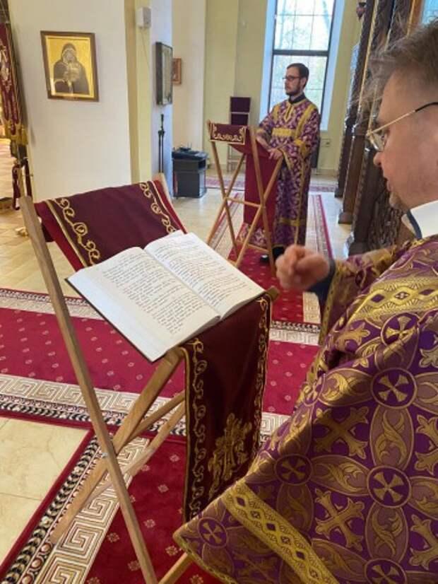 В канун четвертой недели Великого поста епископ Серафим совершил всенощное бдение в Никольском соборе.