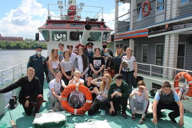 Спасатели МЧС по САО провели для школьников экскурсию на борту пожарного корабля