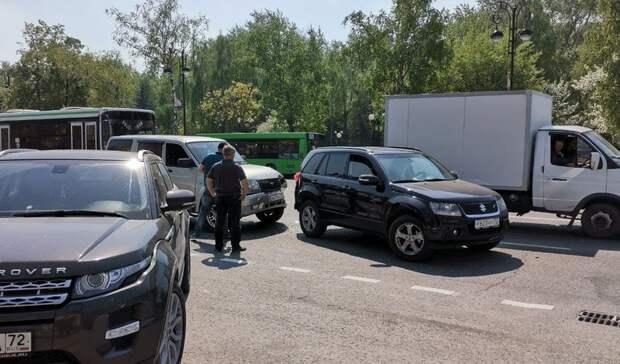 ВТюмени наРеспублике столкнулись два внедорожника