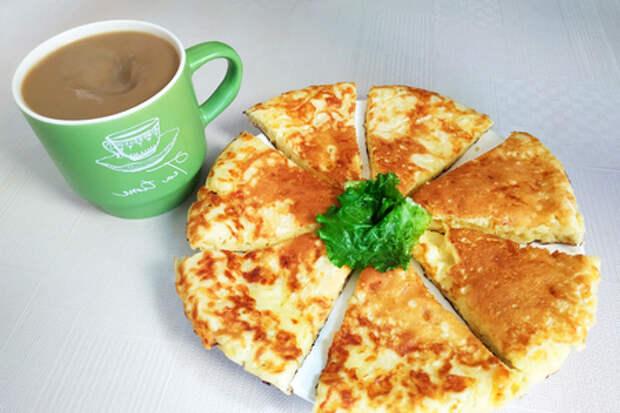 Фото к рецепту: Ленивый хачапури на сковороде за 10 минут. вкусная сырная лепешка на завтрак