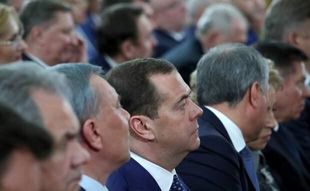 Госдума одобрила законопроект, позволяющий Путину и Медведеву быть пожизненными сенаторами