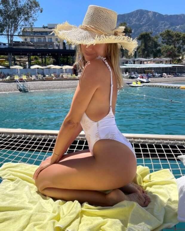 Леся Никитюк показала длинные ноги и упругий орех на турецком пляже