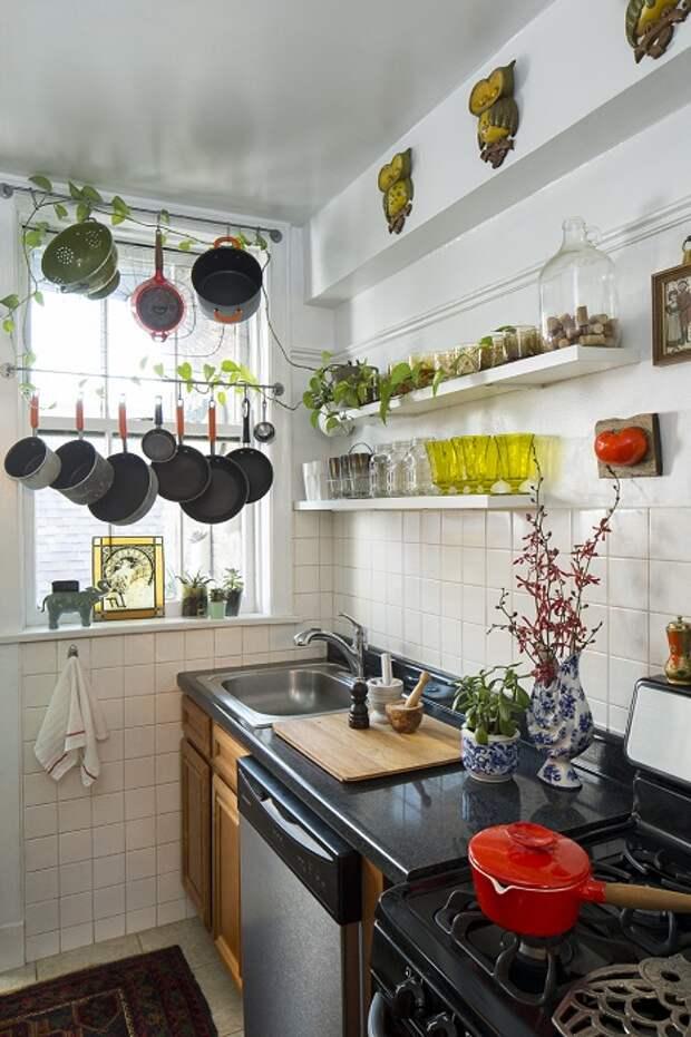 Прекрасный вариант преобразить интерьер мини-кухни при помощи правильного декорирования.
