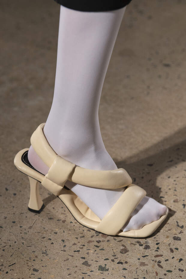Обувь сезона весна-лето 2020: вьетнамки, вязаные сапоги и «мамины мюли» (фото 24)