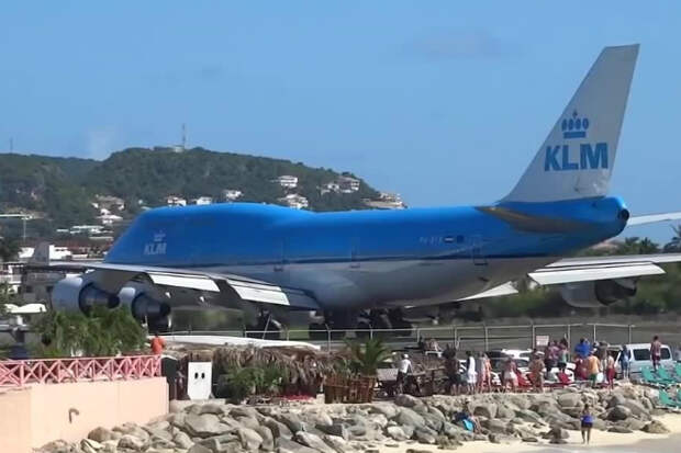 Самолет сдул туристов-зевак в море