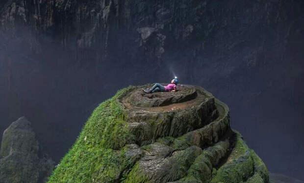 Мужчина с камерой спустился в самую большую пещеру мира, куда может поместиться небольшой город