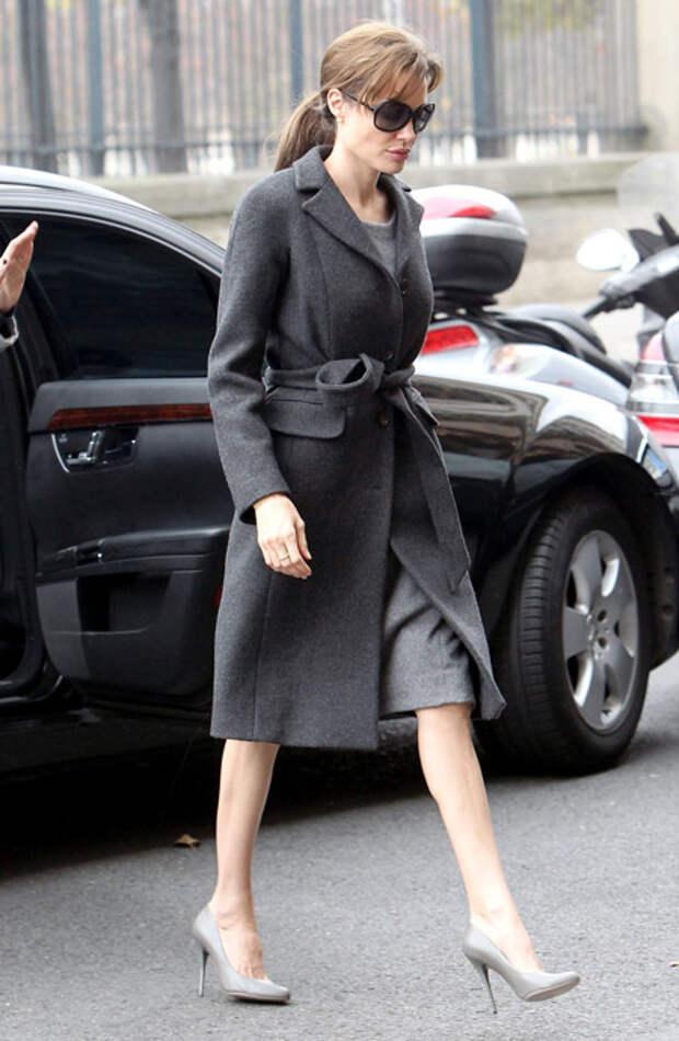 Анджелина Джоли в темном пальто