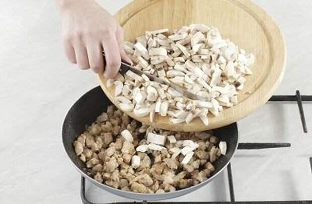 Шаг 4. Обжариваем мясо с грибами