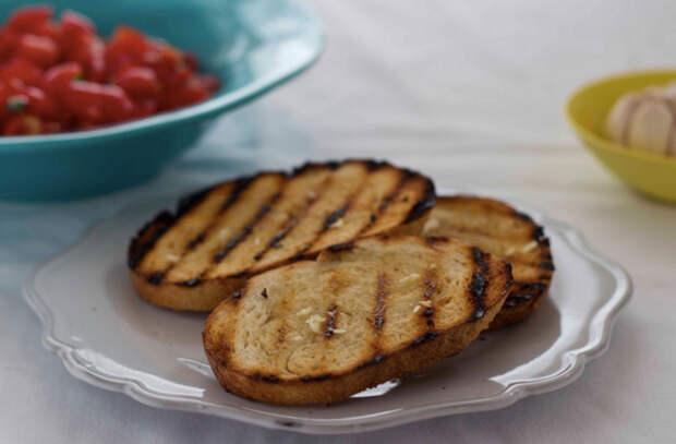 Взяли черствый хлеб и превратили в чесночные гренки: рецепты подсмотрели в ресторане