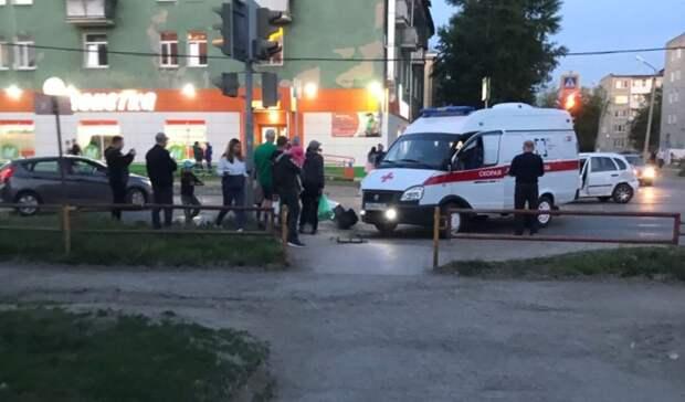 Машина «скорой» ехала накрасный истолкнулась слегковушкой вКаменске-Уральском