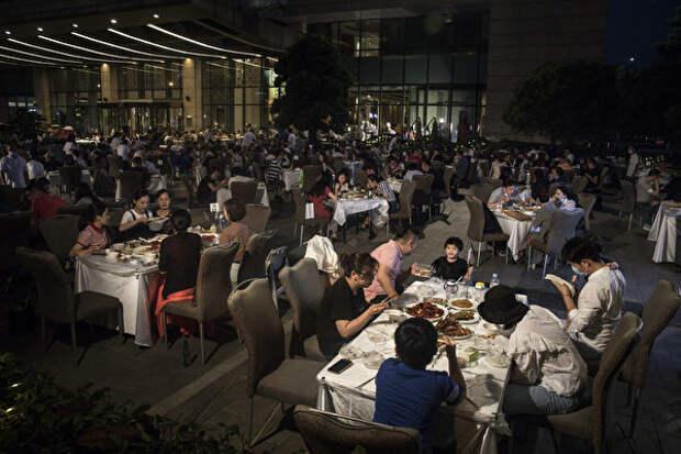 Жители Уханя обедают на открытом воздухе в Sheraton Hotel, Китай, 28 мая 2020 года