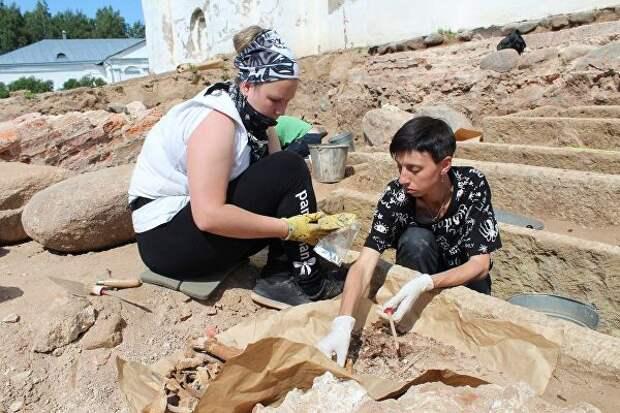 Археологи ведут раскопки у стен Георгиевского собора