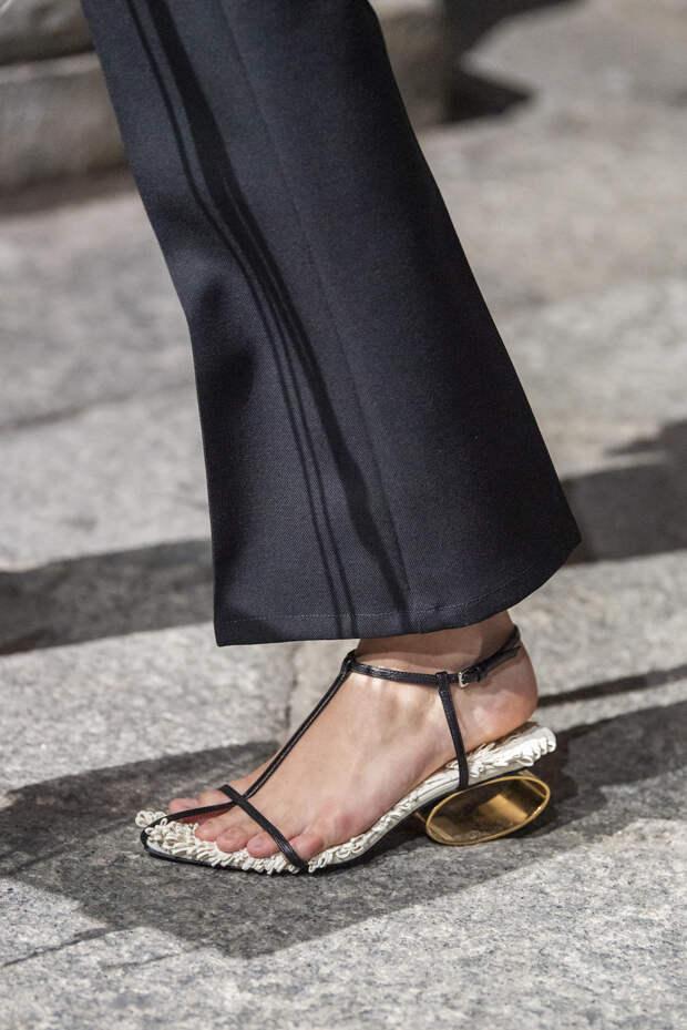 Обувь сезона весна-лето 2020: вьетнамки, вязаные сапоги и «мамины мюли» (фото 30)