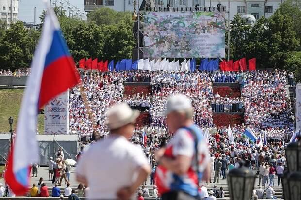 Тысячи флагов и выкрашенный в триколор бульдозер: как отметили День России крупнейшие компании страны