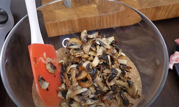 Двойной шашлык в духовке получается как с мангала. Добавляем грибы и лук