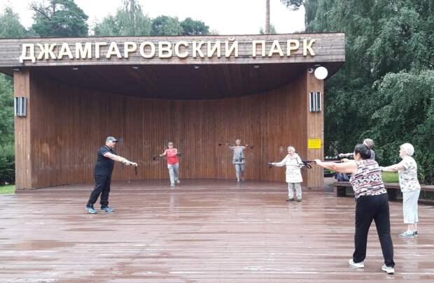 В Бабушкинском парке возобновили занятия по скандинавской ходьбе