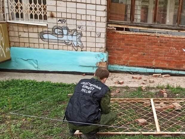 Уголовное дело возбудили в Сарапуле после падения металлической решетки на детей