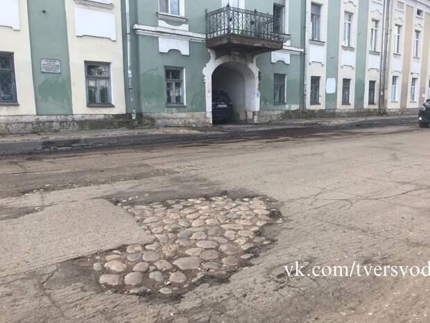 Опубликованы фото, как в Твери откопали старинную мостовую