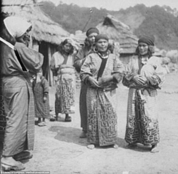 Представительницы народа в одной из деревень айны, история, народ, фотография