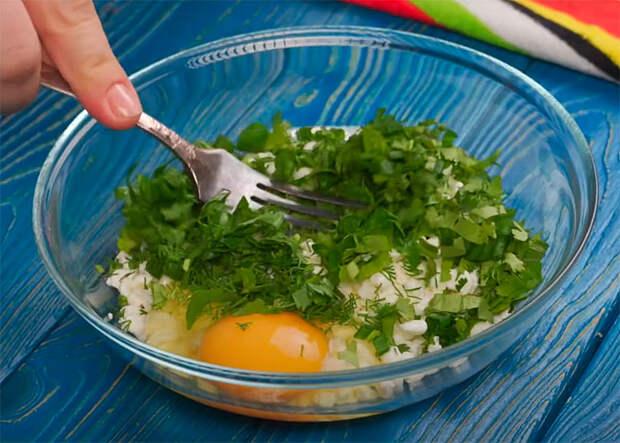 Добавляем в творог яйцо и заменяем сырники новым блюдом: жарим поверх куска хлеба