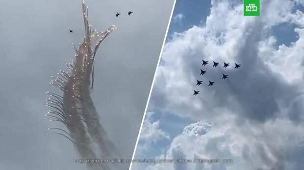 «Русские витязи» и «Стрижи» устроили авиашоу в честь 30-летия: видео