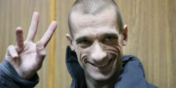 Французы, берегите брусчатку!: пользователи Сети обсудили бегство Павленского из России