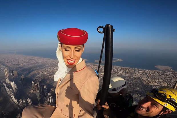 Стюардесса на вершине самого высокого небоскрёба