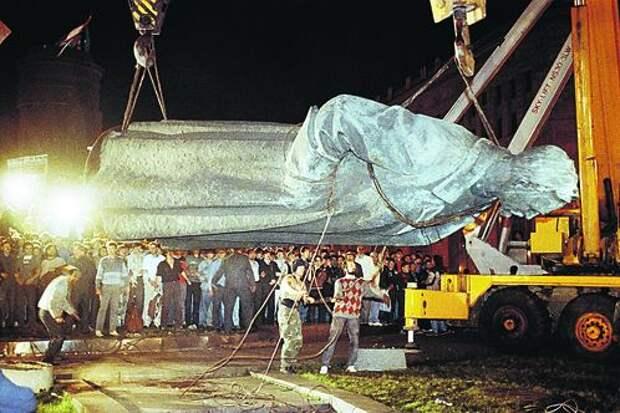 Пока памятник не погрузили на платформу, люди несколько раз пытались прорвать оцепление и броситься на бронзовую громаду.