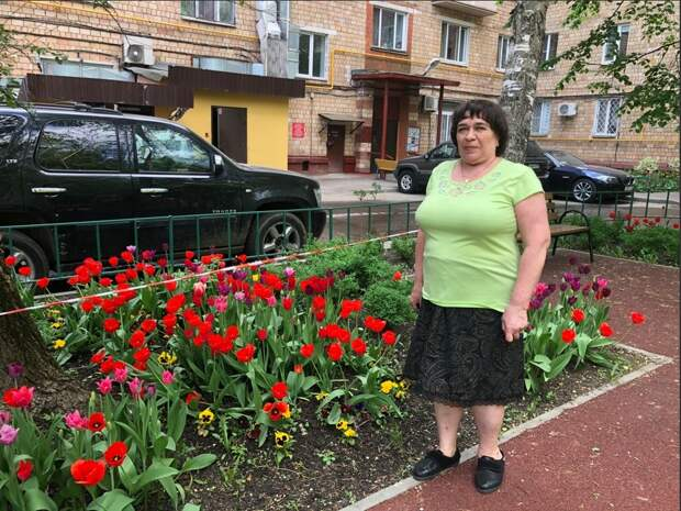 Жительница дома на Академика Комарова превратила двор в цветущий сад